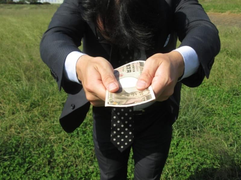 任意整理をして少しずつ借金を返済している男性の画像