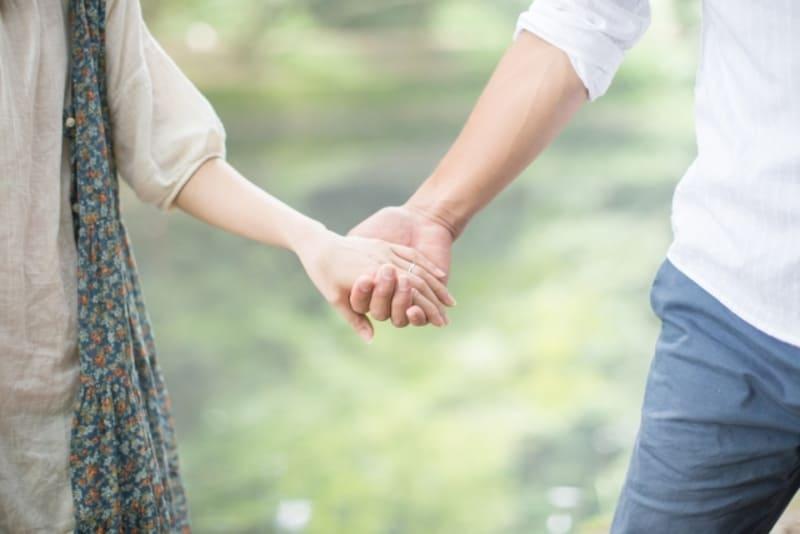 結婚前に任意整理をして借金を返済した、仲の良いカップルの画像
