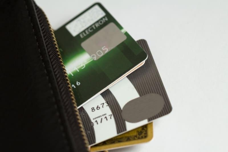 たくさんの会社から借金をしているため、多くのクレジットカードが入っている財布の画像