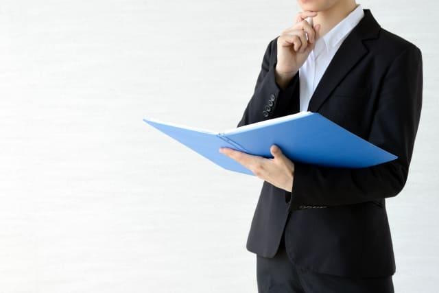 借金を無料相談する際に準備をしている人の画像